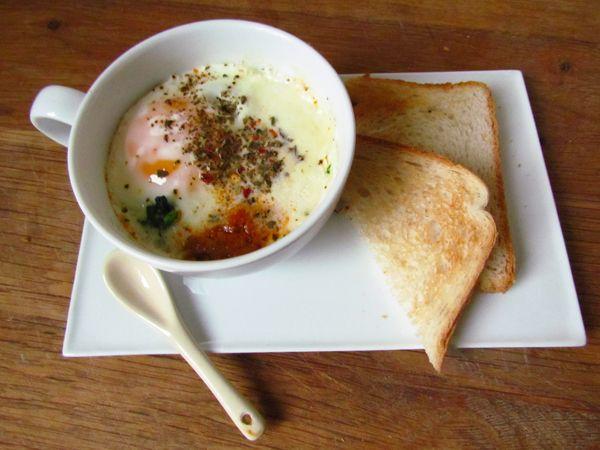 L'anecdote : Au plat, à la coque, mollet, en omelette ? Ce midi, au moment de faire cuire mon oeuf, j'ai eu envie de changer un peu, et je me suis souvenue d'un brunch de réveillon où l'on avait mi...