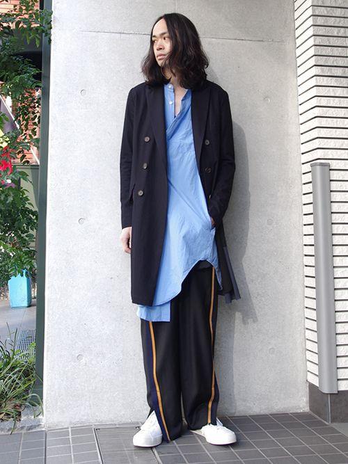 今季春夏のコレクションで一際存在感を放っていたデザイン性豊かなコート。  ダブル合わせのチェスターコートをベースに、身頃裾に大胆に、それでいて非常に緻密に切れ込みをいれ、裏地をあえて露出させた仕様が目を引きます。 着用時の動きにあわせシルエットが揺れるその姿はまさに圧巻。 右ポケットや裾の裁ち切り処理が退廃的な印象をさらに強めています。  体に吸い付くような着心地で、仕立ての良さも特徴的。 ...