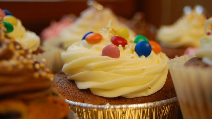 Prøv store muffins med bringebær og hvit sjokolade. Oppskriften gir 10 gode muffins.