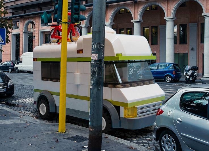 Domenico Franco platziert übergroße LEGO-Autos in den Straßen von Rom  Rom ist ja eher für seine geschichtlichen und architektonischen Perlen wie den Petersdom, das Kollosseum, das Forum Romanum oder das Pantheon bekan...