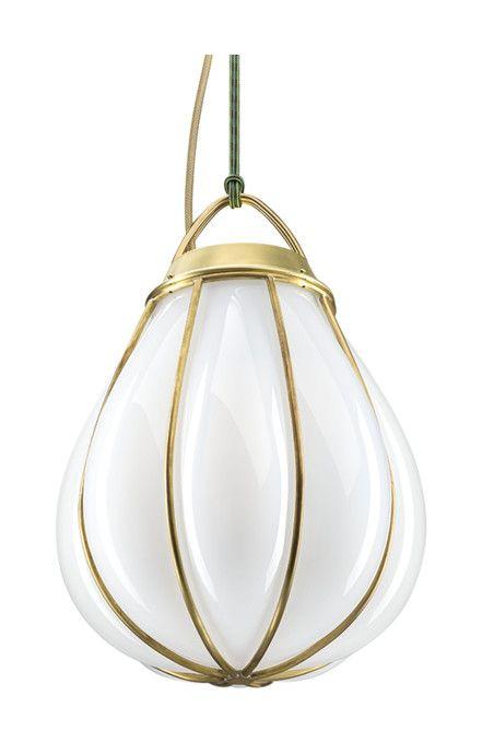Hobo taklampa ifrån Örsjö Belysning designad av Gustaf Nordenskiöld, är tillverkad i opakt munblåst glas som formats i en korgkonstruktion av rå mässing. Upphängningen består av ett färgat rep.Namnet Hobo refererar till luffarslöjd, Småland och glasbrukens begynnelse. Luffarna sov i värmen av ugnarna på hyttorna och tillverkade egensinniga föremål i böjd metalltråd. Lampan förmedlar hantverket och kraften från ögonblicket då den glödheta glasmassan träffar mässingskorgen, sväller ut, stannar…