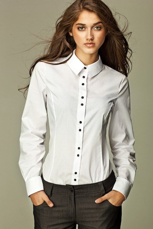 Biała koszula damska podkreślająca sylwetkę