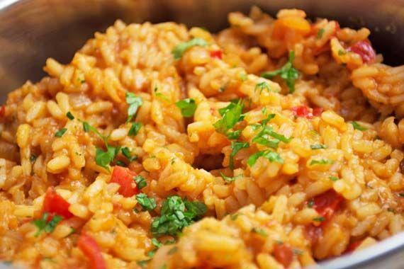 Der rote Reis nach mexikanischer Art ist ein einfaches, würziges Reisrezept, das besonders in Südamerika gekocht wird.
