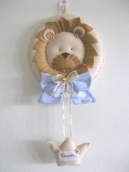 Guirlanda de feltro com laço em tecido de algodão. Coroa com nome bordado a mão. A guirlanda tem 25 cm de diâmetro R$100,00