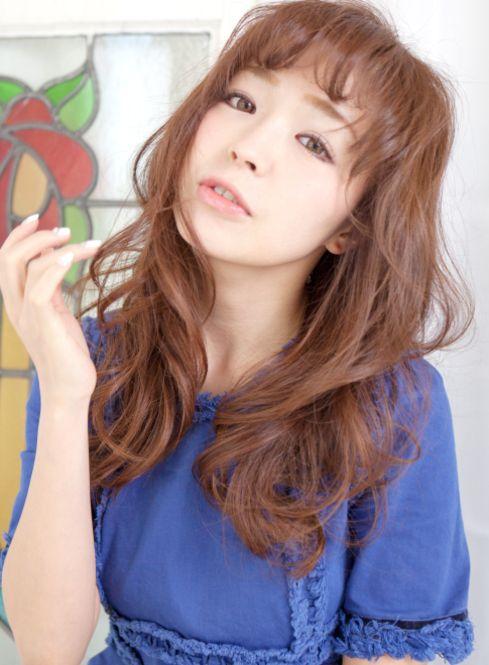 ギザギザ前髪をゆるく巻き、無造作にほぐすとエアリーな雰囲気に。サイドや後ろ髪全体を同じように巻けば、統一感が出てよりかわいい。