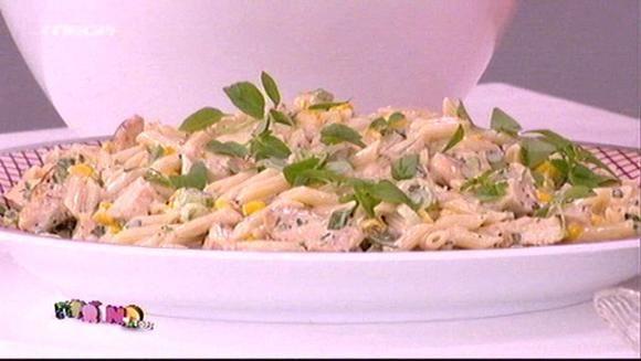 Zεστή σαλάτα με ζυμαρικά, κοτόπουλο και λευκή σάλτσα