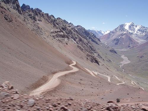 Camino al Cristo Redentor de los Andes.   Se sube de los 3200, a los 4200 msnm en un trayecto de SOLO 7km por un camino de caracol. HERMOSO! Mendoza, Argentina