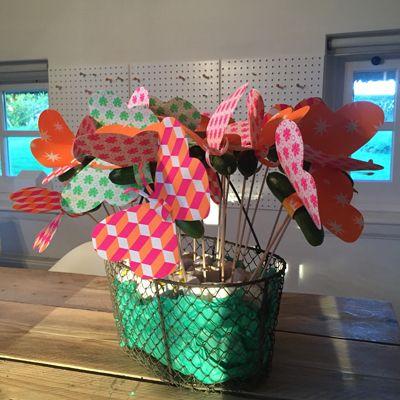 Deze vlinder traktatie met komkommer en vrolijke marshmallow bloemen maak je van papier en gezonde snackkomkommers #trakteren #traktatie #kinderfeest