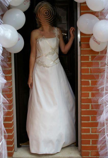Vends robe de mariée matrimonia taille 44, acheté chez Morelle mariage à Valenciennnes.  Il s'agit d'un bustier et de la jupe. Le bustier est orné de perles, quelques broderies et d'un ruban.  Le jupon est inclus