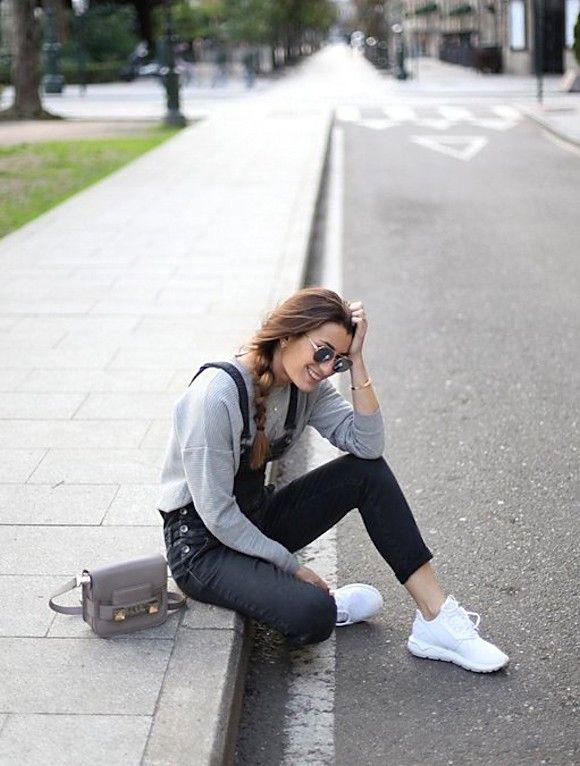Copiez ce look casual avec une salopette noire et des sneakers blanches >> http://www.taaora.fr/blog/post/idee-tenue-salopette-noire-pull-gris-baskets-blanches-adidas-originals-tubular-runner-look-blogueuse-espagnole-bartabacmode #outfit #baskets #adidas