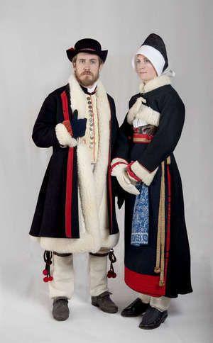 Kläder till fastan. Kvinnan är ogift och har timp – en vit huvudbonad – och silkhätta. Boda, Sweden.