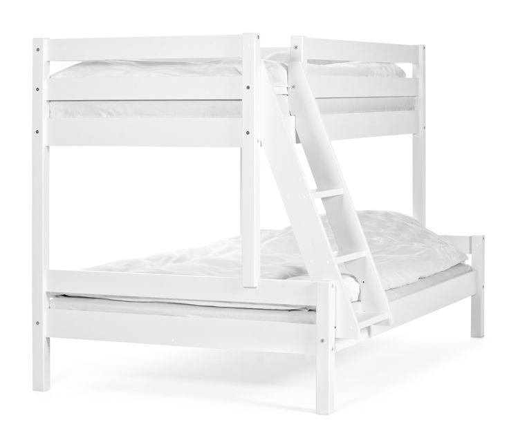 Barnet där uppe och föräldrarna i dubbelsängen där nere. Familjesängen Nils är en praktisk och prisvärd sovlösning för sommarstugan eller hem med lite golvyta. Ribbotten ingår. Du kan välja om du vill ha stegen på vänster eller höger sida av sängen. Bäddmått nedre säng: 120 cm. Bäddmått övre säng: 90 cm. Denna produkt kräver montering. Sänglådor till sängen säljs separat.