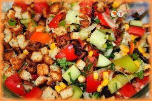 """Салат """"Эдельвейс"""":  Ингредиенты:  помидоры 2 шт.  огурец 2 шт.  перец сладкий 1 шт.  консервированная кукуруза 1 банка  отварная курица 150 г  хлеб белый 200 г  лук зеленый и зелень по вкусу  чеснок 2 зубка  соль, перец по вкусу  салатная заправка 150г"""