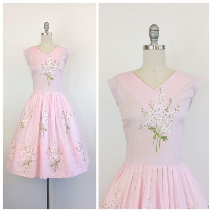 Mooie licht roze bloemen jurk uit de jaren 50. Fantastische fit & flare gesneden met volledige rok. Wit & groen geborduurde bloemen in.