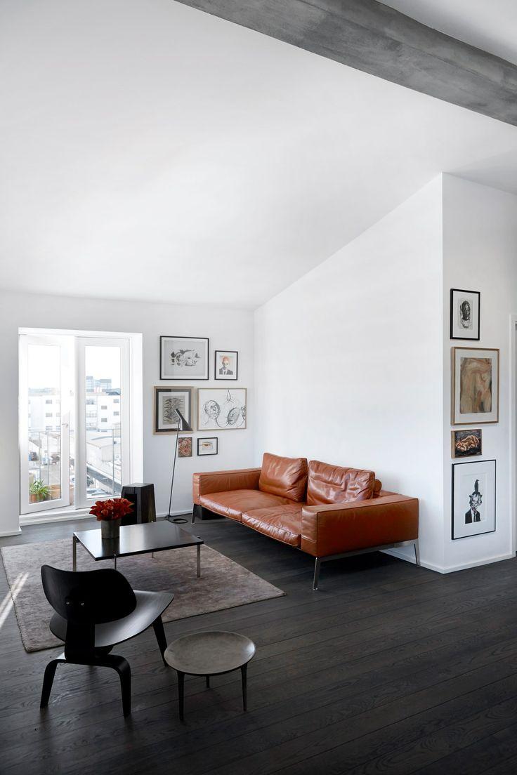 Lejlighedens flyder - en lædersofa fra Flexform. Bordet er af Poul Kjærholm, og bagved ses den håndskårne taburet- skulptur af Fritz Baumann. Lampen er af Arne Jacobsen.