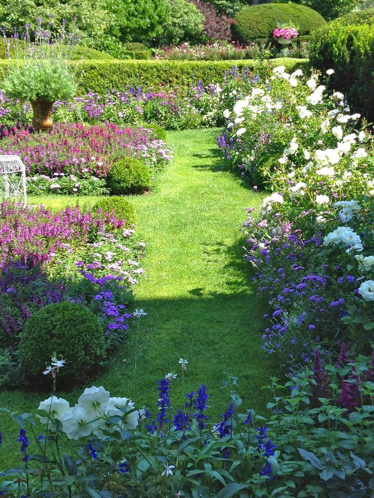 Très beau jardin anglais fait de roses, sauges, verveines...dans les tons de rose à violet. Www.monjardin-materrasse.com