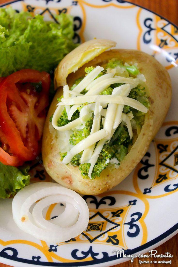 Batata Assada Recheada com Brócolis, receita leve e gostosa para o Carnaval. Clique na imagem para ir ao Manga com Pimenta e conferir a receita completa.