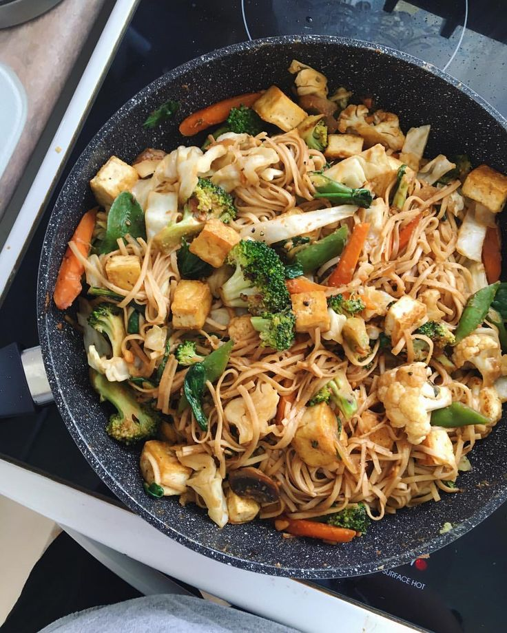 can't really go wrong with tofu and noodles and vegetables (especially when they're in a soy, ginger and peanut butter sauce) | Recipe: a couple of tbs of peanutbutter mixed with soy sauce, minced ginger + garlic, maple syrup, a tiny bit of sesame oil, lemon juice & boiling water until it gets to a good consistency, then adjust ingredients to your taste as required... jordnötssås recept