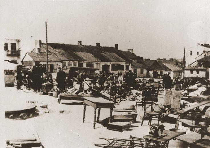 Meble wyniesione przez żydowskich mieszkańców Lublina przed opuszczeniem getto. Wieniawa. 1942.
