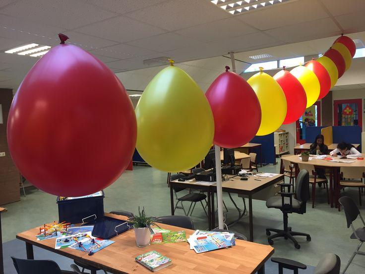 Sinterklaas Slinger. Deze rode en gele ballonnen hangen aan een balloonvine (plastic strip van 5 meter lang met gaatjes). De balloonvine is te bestellen op http://www.ballonartikelen.nl/balloonvine en de rode en gele ballonnen op http://www.ballonartikelen.nl/ronde-ballonnen