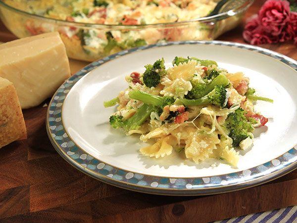 Riktigt god pastagratäng som till största del sköter sig själv i ugnen. Lika god i matlådan dagen efter.