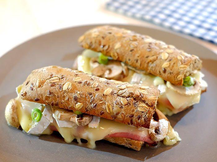 Panini met ham, camembert, plakjes champignon en lenteui
