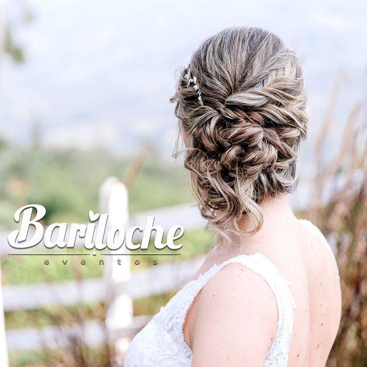 Las trenzas y los recogidos bajos y despeinados acompañados de accesorios románticos siguen siendo los preferidos por su versatilidad y elegancia.  #EventosBariloche #ExperienciaBariloche #Bariloche #Bodas #Eventos #BodasCampestres #Wedding #WeddingPlaner #BodasColombia #EventosSociales #NoviasMedellín