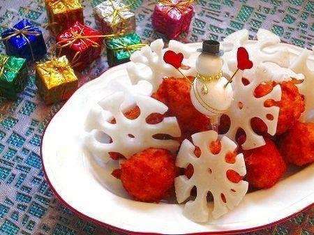 雪の結晶蓮根がクリスマスらしい☆  ヘルシーでとっても簡単、経済的!  ジューシーなナゲットです♪  隠し味のお醤油と刻んだ蓮根も  美味しさの秘密です☆