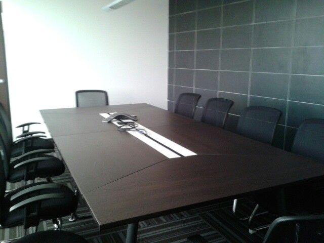 Sal n de reuniones con mesa modular moderna con sillas fijas de respaldar mesh y con detalle de - Mesa salon moderna ...