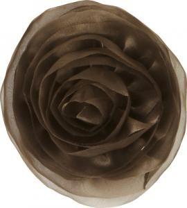 Trés Chic je obrovská květinová brož, kterou ozdobíte jakýkoliv polštář, pléd nebo i oblečení.