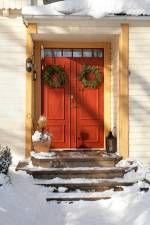 Röd ytterdörr. Pardörr. Juldekoration.