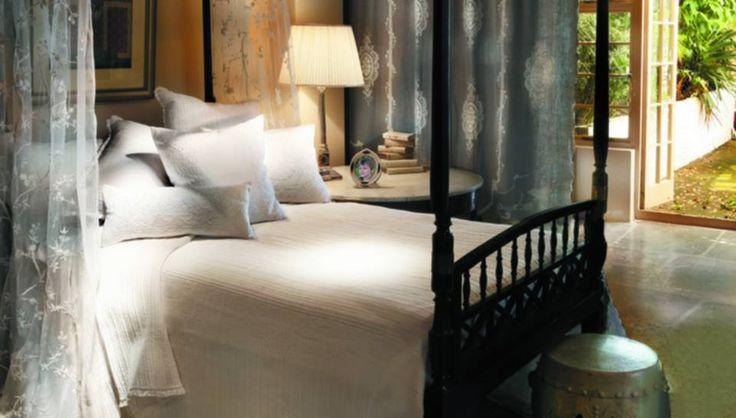 Tym razem na zasadzie kontrastu szarości i bieli. To jedno z najbardziej kunsztownych zestawień kolorystycznych o ogromnej sile dekoracyjnej, pozwalające bardzo efektownie zaaranżować wnętrze sypialni. Aranżacja (EH) z kolekcji Devon dodaje jeszcze więcej delikatności, subtelności i romantyczności.
