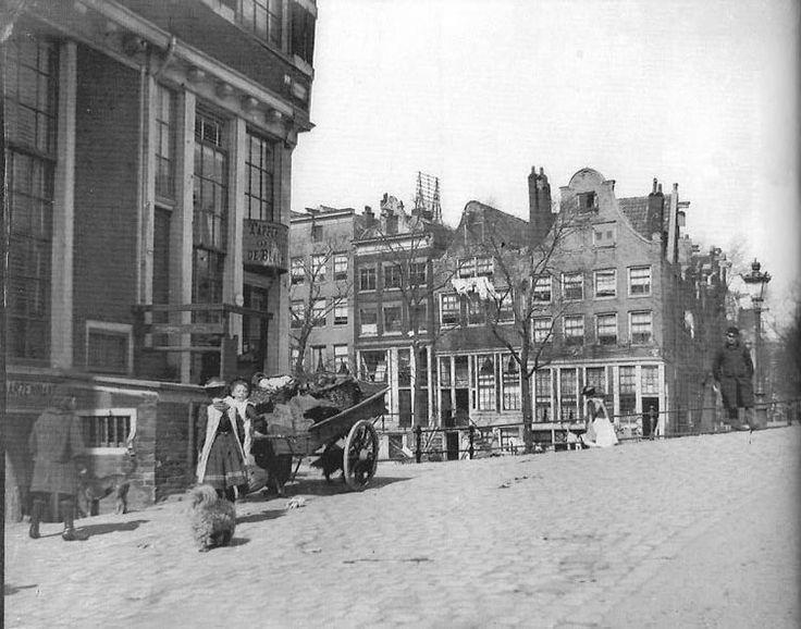 Amsterdam, op de hoek café Het Papeneiland, hoek Prinsengracht-Brouwersgracht.