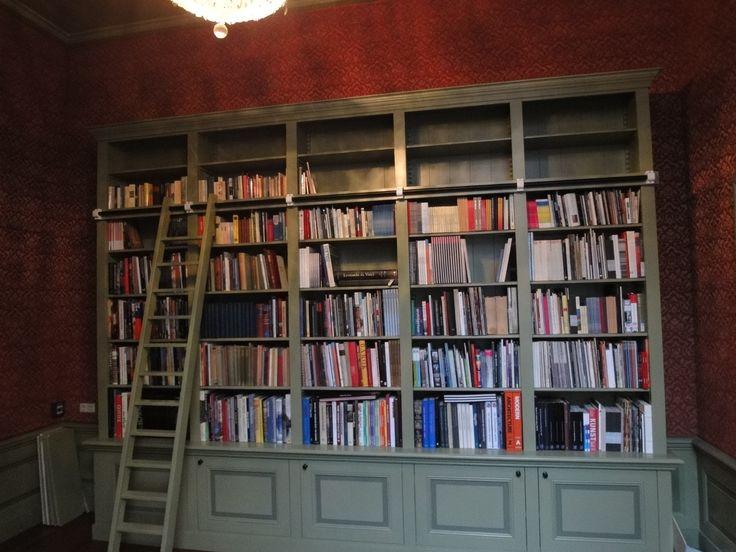 Boekenkast op maat in museum met klassieke elementen en profileringen