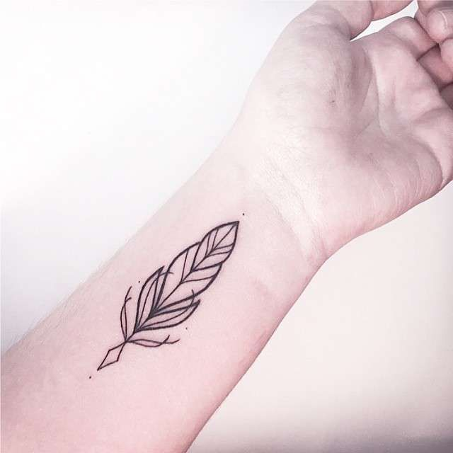 Beautiful feather concept Tatuagens Femininas Linework Pena Tattoo Melina Wendlandt