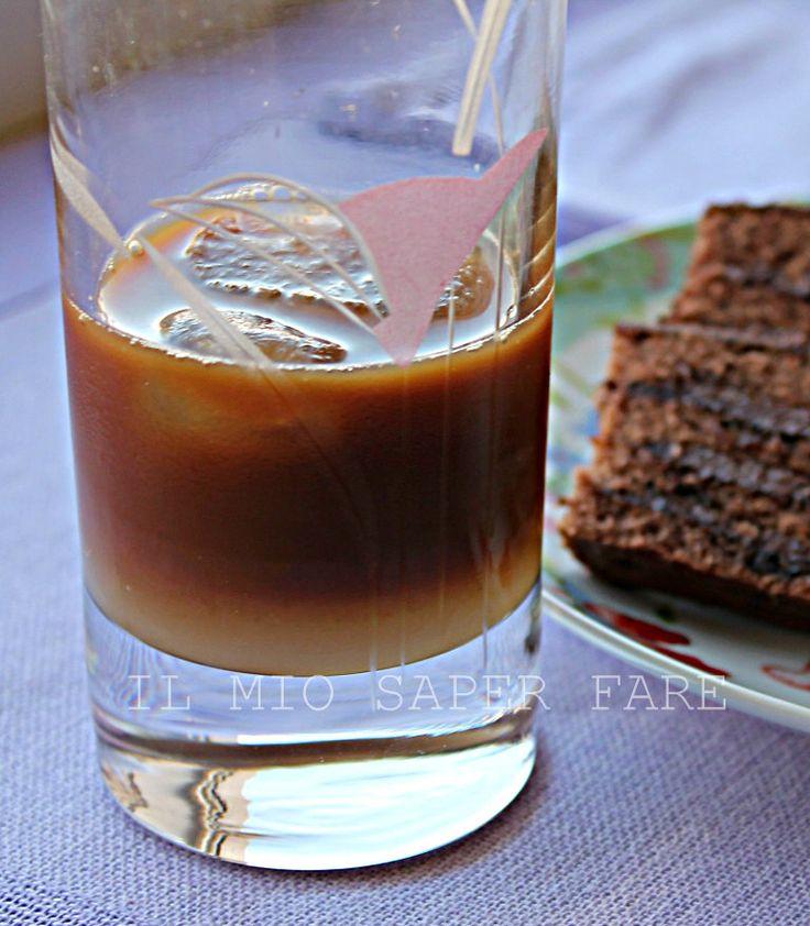Caffe latte di mandorla e ghiaccio: il risultato è un delizioso caffè leccese! Dissetante e buono.Immaginate di trovarvi a Lecce e di gustarlo seduti ai tavoli