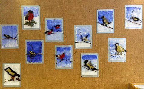 """""""Neulahuovutettuja pikkulintuja"""". Ensin piirretään paperille oma malli. Ope piirtää niistä lyijykynällä ääriviivat harmaalle huopapalalle. Siihen huovutetaan. Lintu leikataan irti ja haetaan sille ulkoa oksa. Taustakankaalle tuputetaan lunta ja taivasta. Kangas liimataan hopeapahvin päälle. Siihen kuumaliimataan oksa ja lintu. JHalutessaan voidaan laittaa styrokspalloja lumisateeksi erikeeperillä. (Alkuopettajat FB -sivustosta / Katri Pietilä)"""