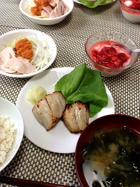 朝だけは少量のフルーツを許可 - 4件のもぐもぐ - さごちの塩麹漬け、鶏ハムサラダ人参ドレッシング添え、ワカメの味噌汁、ヨーグルト by junkokato