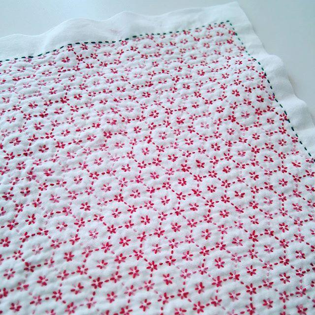 刺し子111 花ふきん 花亀甲 布はホビーラホビーレ 糸はホビーラホビーレの赤系段染め~途中で足りなくなったので、ホビーラホビーレのピンクを少しだけ足しました。外周は飛騨さしこの緑で。 100枚過ぎてもなお、花ふきんをせっせと刺している私。今月は私から料理教室の生徒さんへのクリスマスプレゼント✨✨にしています。「普通のさらし布巾は今までキライだったの、でも、刺し子にすると、吸水力がぐんと高くなって、タオル地なみに使いやすいの、糸を通すことによってこんなに変わるなんて!昔の人の知恵はすごい!この文化を実際に感じてほしいの、そして絶やさず私も伝えていきたいの!」と熱く語るうんちくのおまけつきです。 #刺し子 #sashiko  #mysashikoこれくしょん #花亀甲