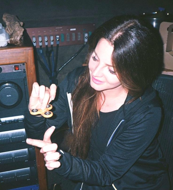 Lana Del Rey playing with a finger/fidget spinner in the studio #LDR