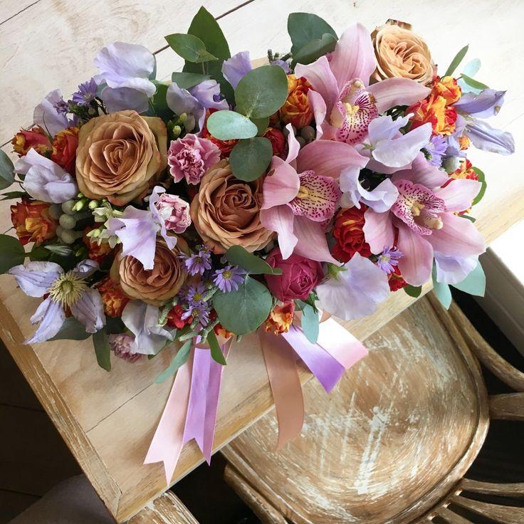 композиция в ящичке : роза капучино, орхидея, душистый горошек, клематис