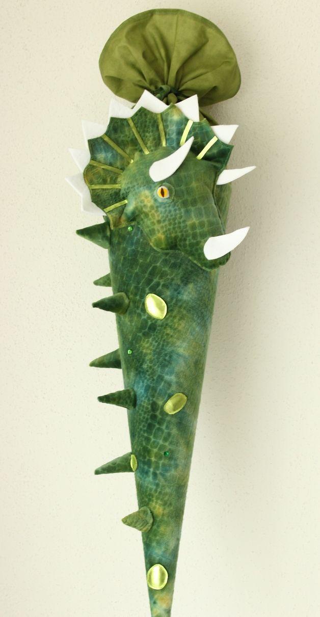 """Eine  in liebevoller Handarbeit gefertigte, traumhaft schöne  Schultüte """"Dino"""" die unheimlich und gefährlich aussieht. Die Schultüte  hat ein Innenteil aus Pappe (70 cm), ca. 1 m lang incl. des..."""