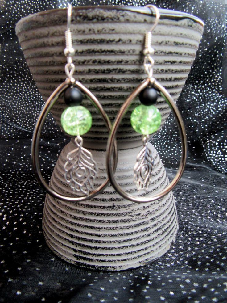 Boucles d'oreilles Gouttes breloque Plume de paon et perle verre craquelé verte : Boucles d'oreille par ma-petite-boutik