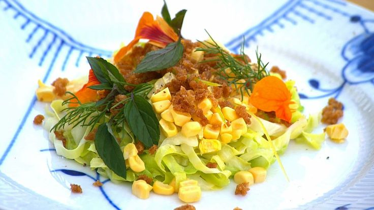 Dampet spidskål med rå majs, syltet citronskal, ristet brød og urter | Mad