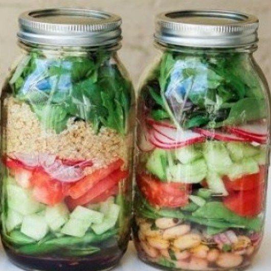 Salad in a jar, ofwel salade in een pot is de manier om een gezonde lunch mee te nemen naar je werk.