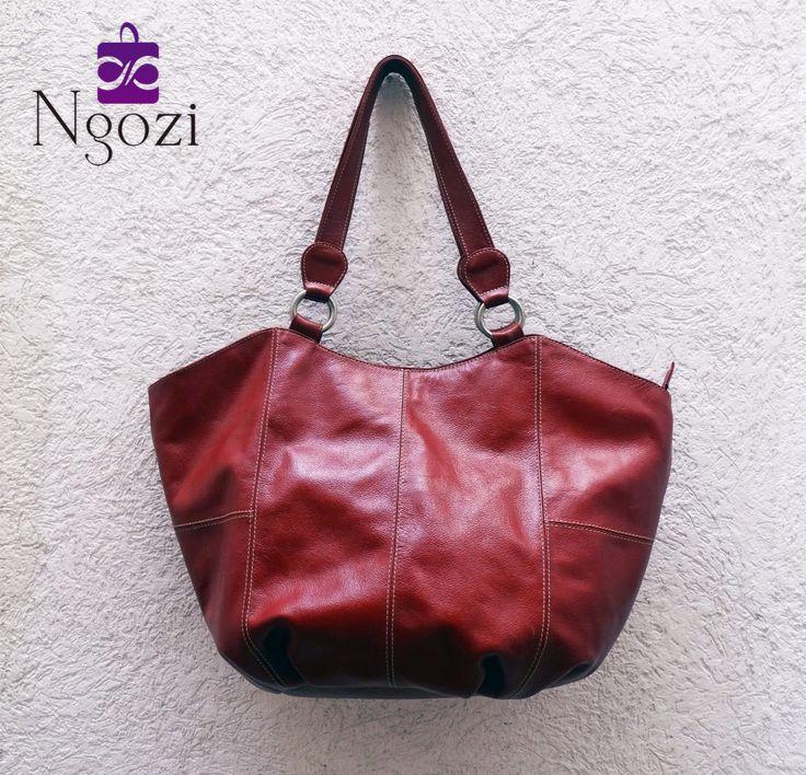 #3001 - Vinotinto • Tamaño: 31cm x 49cm • Características: 1 bolsillo externo, 3 bolsillos internos, único servicio, posibilidad de volverse más pequeño.