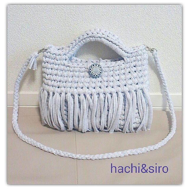 ズパゲッティというインポートの裂き布でお作りしたバッグです☆お色は薄いグレーです。ヴィンテージ風ボタンがポイントになっています。長財布入ります。