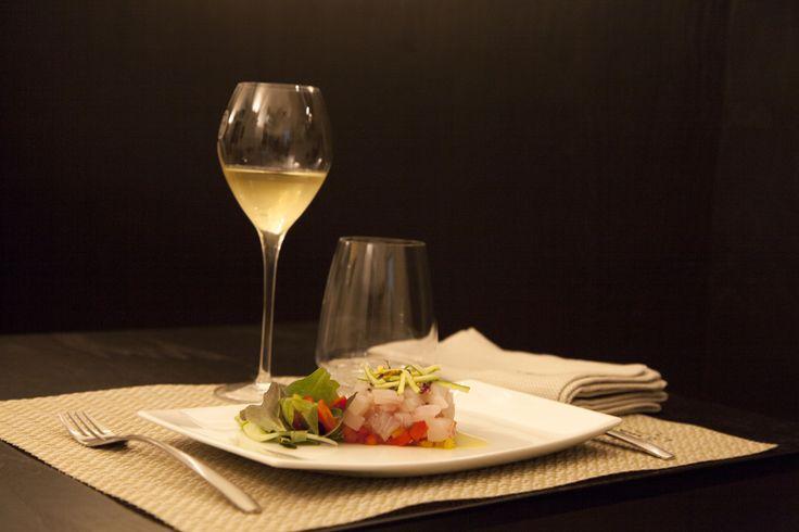 Un locale unico nel suo genere: 12 posti a sedere per un wine bar con il vizio della cucina gourmet. Un luogo in cui è possibile bere al calice un'infinità di etichette e mangiare piatti deliziosi cotti a bassa temperatura o al flambè