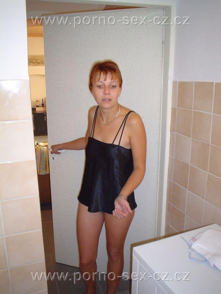 Další zrzka a k tomu zralá panička míří z postele do koupelny, aby ze sebe spláchla stopy právě prožitého sexu. Prostě české amatérky za to stojí.