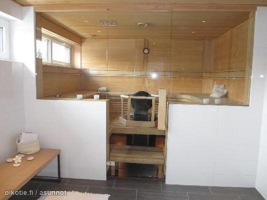 Huge sauna with glass wall / Hulppea sauna lasiseinällä